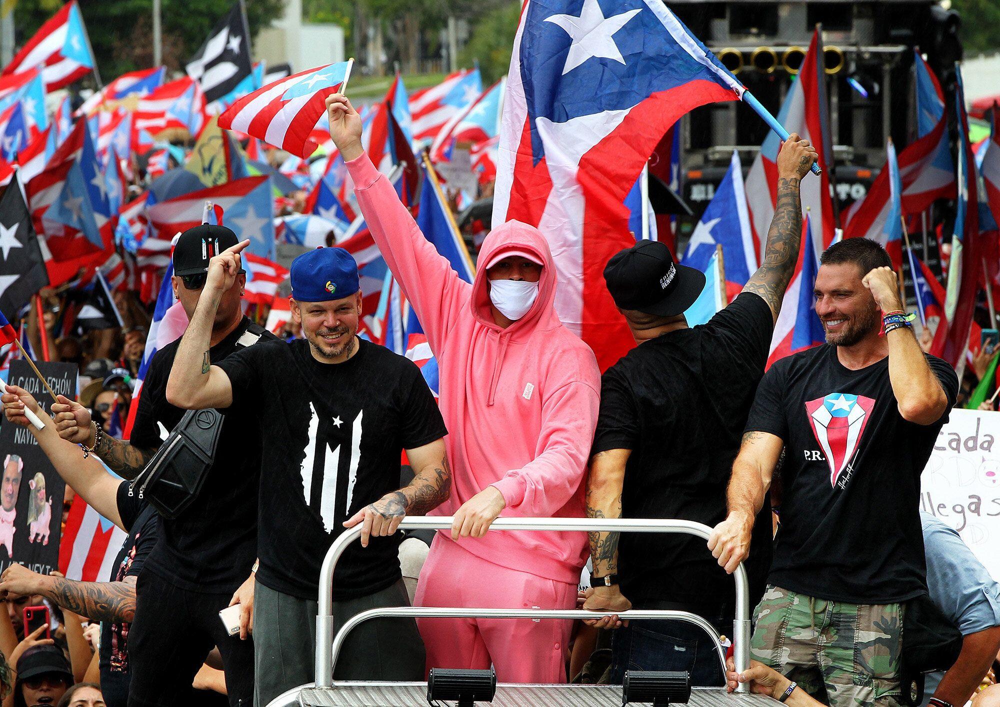 Residente y Bad Bunny participan en una manifestación un día después de la renuncia del ex gobernador pu