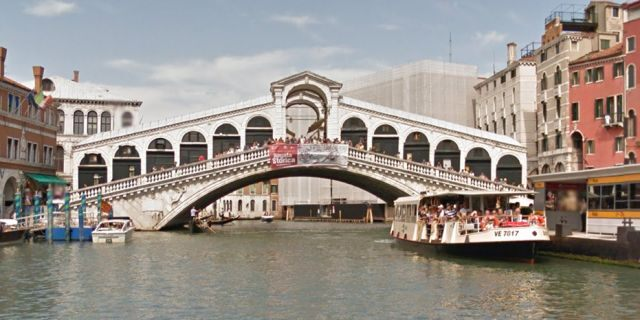 A tourist has been arrested in Venice after he allegedly held a currency exchange rate worker hostage near the Rialto Bridge.