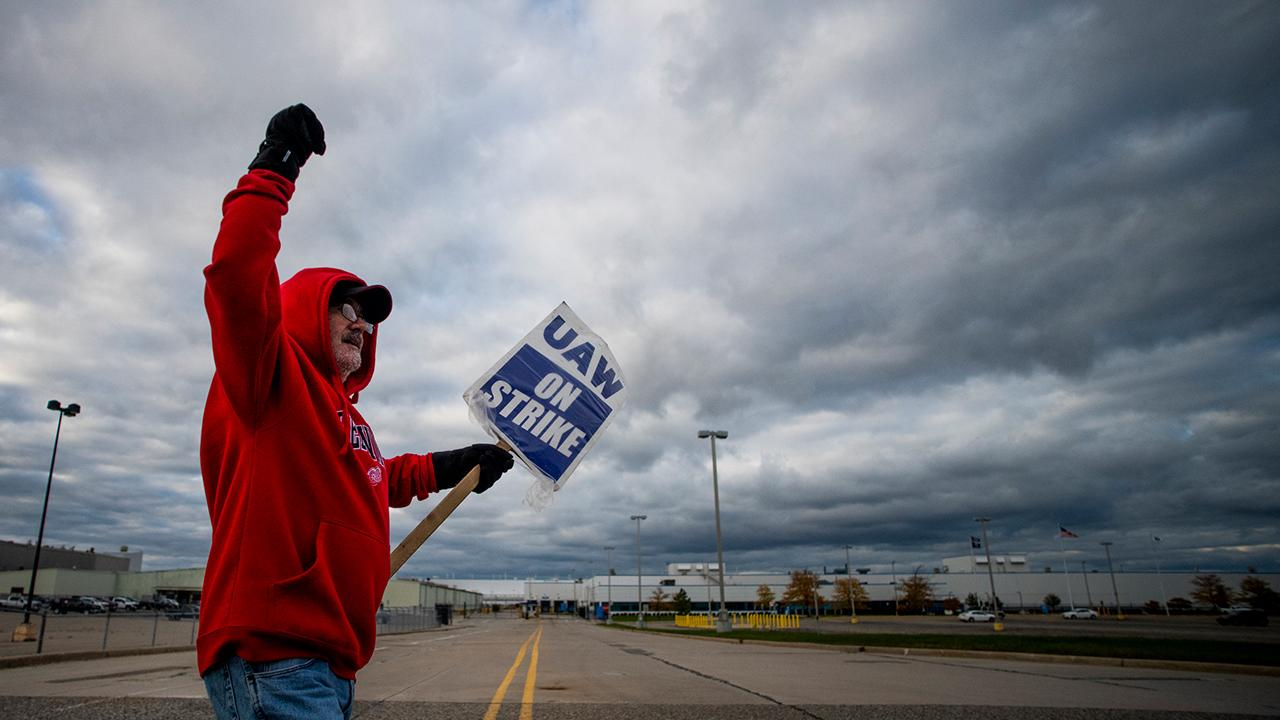 FOX Business' Grady Trimble reports from Chicago on the latest from the United Auto Workers strike – the UAW has tentatively approved a new contract with General Motors.