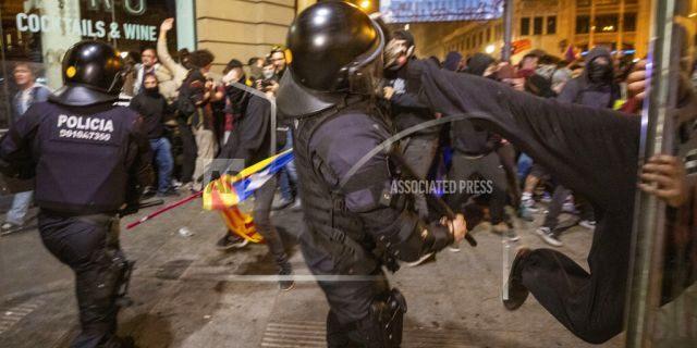 Protesters clash with police<br> (AP Photo/Emilio Morenatti)