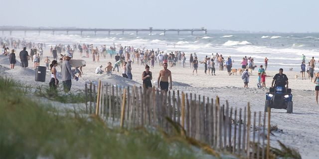 JACKSONVILLE BEACH, FL - APRIL 17: People crowded the beaches in its first open hour on April 17, 2020 in Jacksonville Beach, Fl. Jacksonville Mayor Lenny Curry opened the beaches to residents for limited activities for the first time in weeks since closing them to the public due to the Coronavirus (COVID-19) outbreak. Jacksonville Beach became the first beach in the country to reopen. (Photo by David Rosenblum/Icon Sportswire via Getty Images)