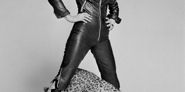 American rock singer-songwriter Suzi Quatro posing with a stuffed leopard, circa 1973.