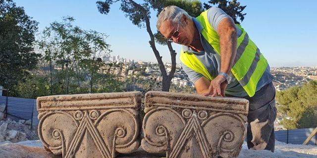 The Director of the excavation, Yaakov Billig, with the capitals.