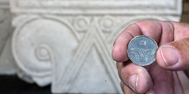 An Israeli five-shekel coin against the background of the capital discovered.