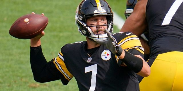 Pittsburgh Steelers quarterback Ben Roethlisberger (7) throws a touchdown pass to tight end Eric Ebron during the first half of an NFL football game against the Houston Texans in Pittsburgh, Sunday, Sept. 27, 2020. (AP Photo/Gene J. Puskar)