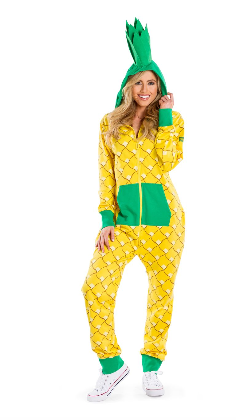 """Can't decide whether to go out on Halloween or just stay in? This <a href=""""https://www.tipsyelves.com/pineapple-halloween-cos"""