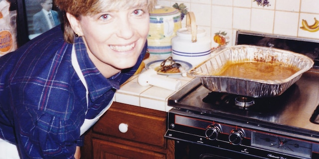 Kathy Doocy in the kitchen on Thanksgiving with crescent rolls coming out of the oven.