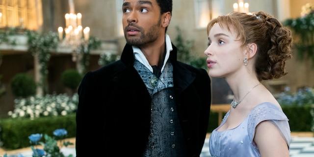 R-L: Daphne Bridgerton (Phoebe Dynevor) and Simon Basset/Duke of Hastings (Regé-Jean Page).