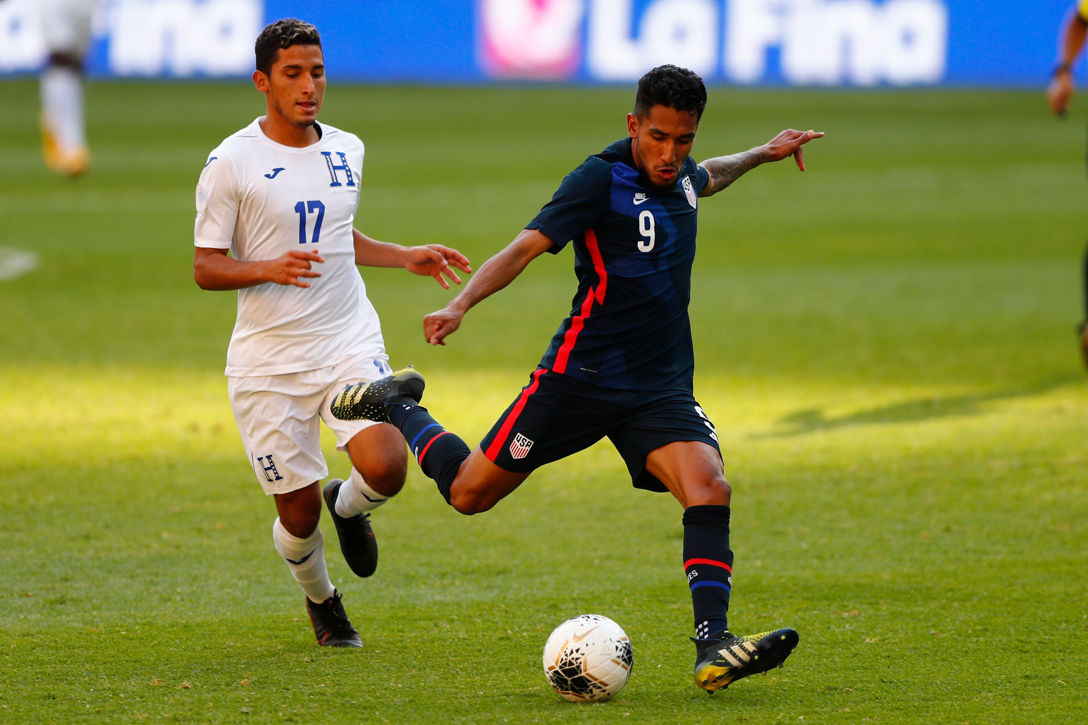 José Pinto #17 of Honduras fights for the ball with Jesús Ferreira #09 of United States during the semifinals m