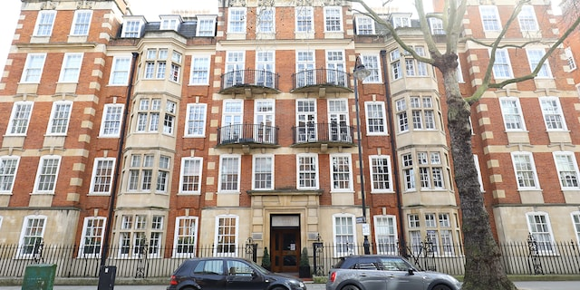 Diana's former Coleherne Court apartment in London is pictured.