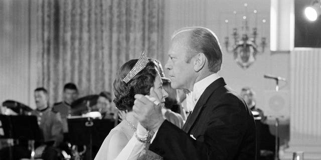 In this file photo dated July 7, 1976, U.S. President Gerald Ford dances with Britain's Queen Elizabeth II in the State Dining Room at the White House following a State Dinner in the queen's honor. (AP Photo/John Duricka, File)
