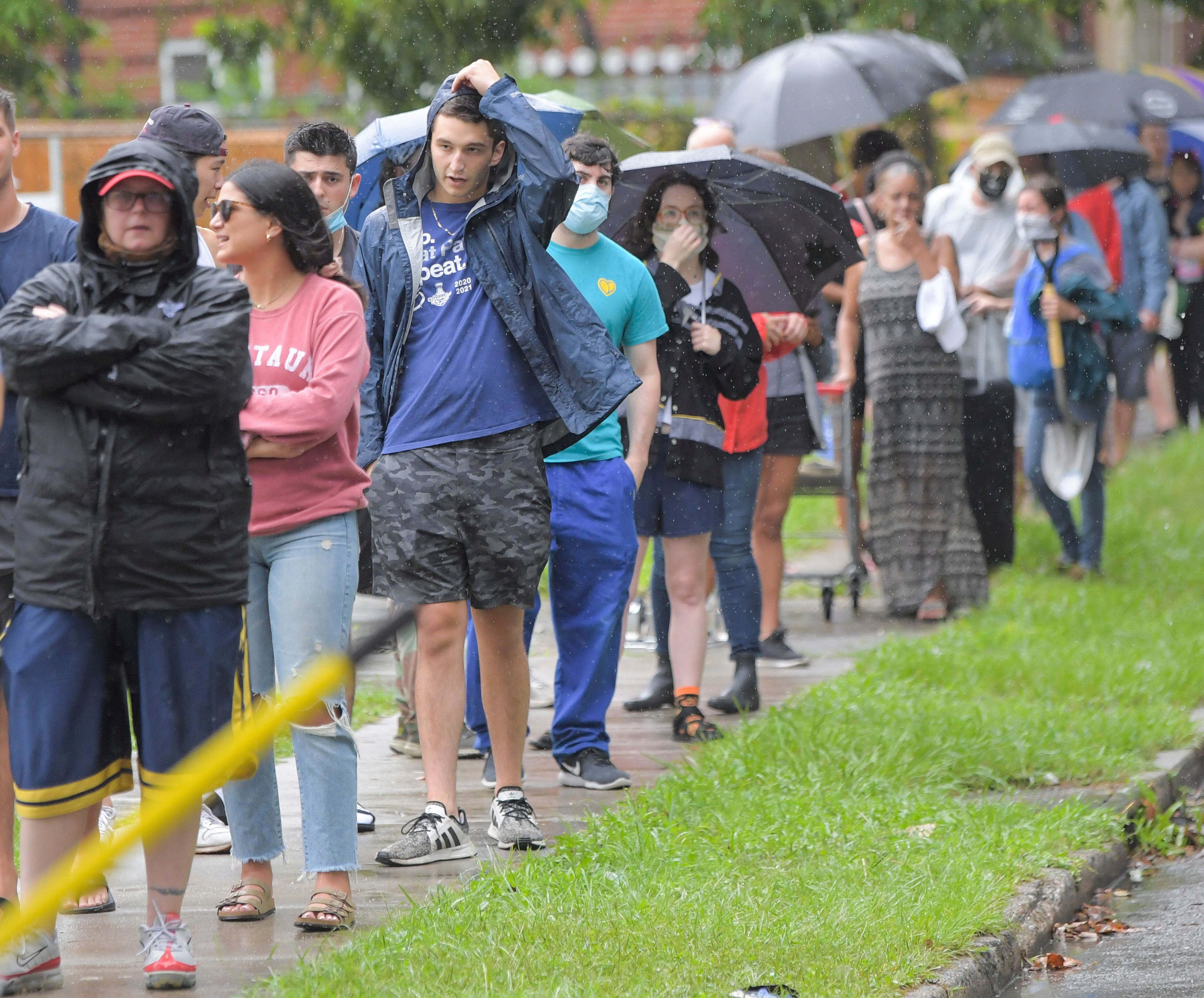 People stand in line to pick up sandbags at a city run sandbag distribution location at the Dryades YMCA in anticipation of H