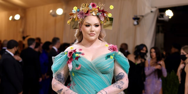 Nikkie de Jager wowed fans and attendees in a teal dress with palatable floral accents.